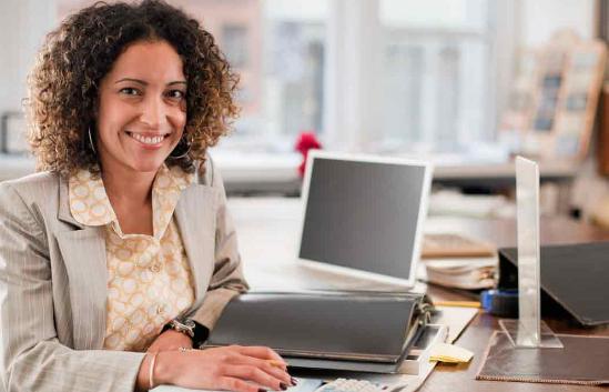 mulher em marketing digital para pequenas empresas